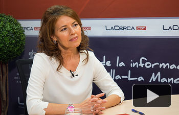 Aurelia Sánchez, consejera de Bienestar Social de la JCCM, junto a la periodista Miriam Martínez.