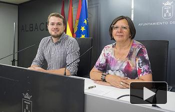 Manuel Martínez, concejal del PSOE en el Ayuntamiento de Albacete, junto a Victoria Delicado, portavoz de Ganemos AB en el Ayuntamiento.