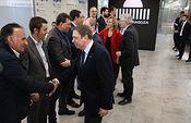 El ministro de Agricultura, Pesca y Alimentación, Luis Planas (1d) saluda a miembros de organizaciones profesionales agrarias antes de su reunión, en la visita del ministro a la Feria Internacional de Maquinaría Agrícola (FIMA), en Zaragoza (España), a 27 de febrero de 2020. Foto: Europa Press 2020