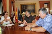 El subdelegado del Gobierno en Albacete, Miguel Juan Espinosa, el presidente provincial de ASAJA, Jorge Navarro y María José Ríos, miembro del comité ejecutivo de la organización agraria.