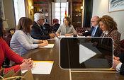 Reunión de Aurelia Sánchez, consejera de Bienestar Social, y FECAM, en la casa Perona de Albacete