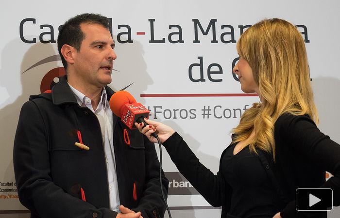 Ángel Tejada, decano de la Facultad de Ciencias Económicas y Empresariales de la UCLM, patrocinadora del acto, es entrevistado por la periodista Miriam Martínez, de La Cerca.