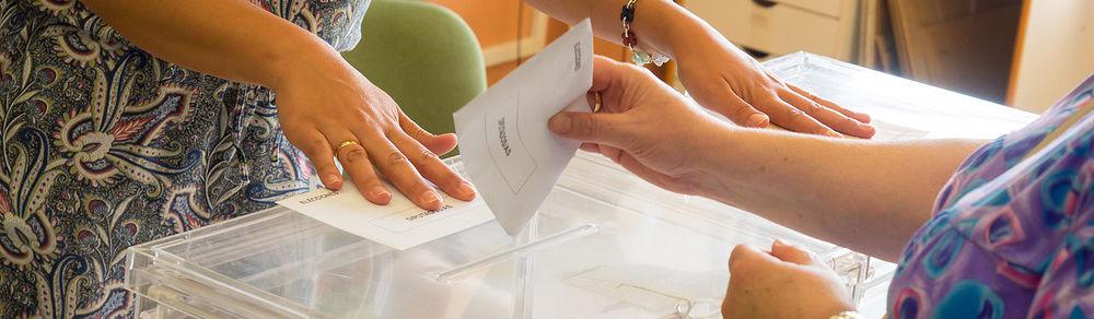 Ejerciendo su derecho al voto.