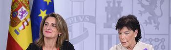 La ministra de Educación y Formación Profesional y portavoz del Gobierno en funciones, Isabel Celaá, y la ministra para la Transición Ecológica en funciones, Teresa Ribera, atienden a los medios de comunicación, en la rueda de prensa posterior al Consejo de Ministros.