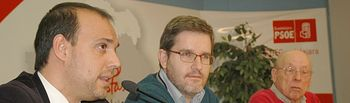En la imagen, Ignacio Urquizu, flanqueado por el secretario general del PSOE de Guadalajara, Pablo Bellido (i), y el presidente de la comisión gestora de la Agrupación Municipal de Guadalajara, Juan Pablo Herranz.