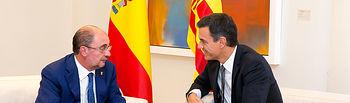 El presidente del Gobierno, Pedro Sánchez, y el presidente del Gobierno de Aragón, Javier Lambán, durante el encuentro que han mantenido en La Moncloa.