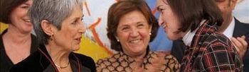 La ministra de Cultura, Ángeles González-Sinde (d), entrega a la cantante Joan Baez la Orden de las Artes y las Letras de España. Foto: EFE.