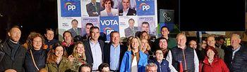 Foto de grupo del PP en la tradicional pegada de carteles