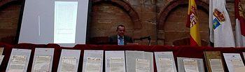 Germán Salido Campos durante la conferencia y entrega de documentación al Ayuntamiento de Fuenllana en relación con el IV Centenario de la Beatificación de Santo Tomás de Villanueva.