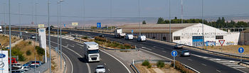 El elevado precio del gasóleo constituye el principal problema de los planteados por los transportistas. Foto: Camiones a su paso por carreteras de Albacete.