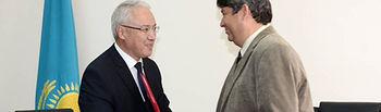 Octavio Armas (derecha), en el momento de cerrar el acuerdo.