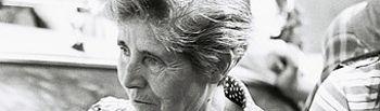 Petra Cuevas en 1983 en las puertas de Las Salesas mientas se juzgaba a 11 mujeres por abortar