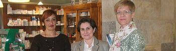La presidenta del Colegio Oficial de Farmacéuticos, Rosa López-Torres, flanqueada por la presidenta y secretaria de AMAC, Llanos Sánchez y Joaquina Alarcón, respectivamente, en el momento de entrega de la hucha benéfica.