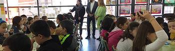 El alcalde y la concejala de Educación, en una de las sesiones impartidas en el CEIP La Paloma. Fotografía: Ayuntamiento de Azuqueca