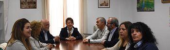 La consejera de Bienestar Social, Aurelia Sánchez, que se ha reunido con el alcalde de Chinchilla de Monteragón, José Ignacio Díaz, y parte de su corporación.