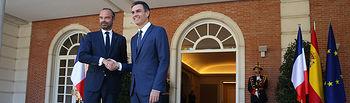 El presidente del Gobierno, Pedro Sánchez, saluda al primer ministro de la República Francesa, Édouard Philippe, a su llegada al Palacio de La Moncloa.
