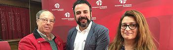 El alcalde, José Luis Blanco, flanqueado por Javier Dorado, integrante de la directiva de la Casa de Extremadura, y por la concejala de Colaboración Ciudadana, Charo Martín. Fotografía: Ayuntamiento de Azuqueca de Henares