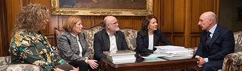 El presidente del TSJCM, Vicente Rouco, junto a la consejera de Bienestar Social de la JCCM, Aurelia Sánchez, el delegado provincial de la JCCM en Albacete, Pedro Antonio Ruiz Santos, y otros miembros de la delegación Provincial de la JCCM