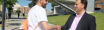 Manuel Serrano visita el entorno del Hospital.