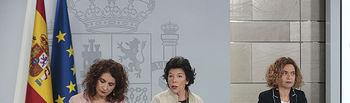La ministra de Educación y Formación Profesional y portavoz del Gobierno, Isabel Celaá, la ministra de Hacienda, María Jesús Montero, y la ministra de Política Territorial y Función Pública, Meritxell Batet, durante la rueda de prensa posterior al Consejo de Ministros.