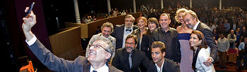 El reparto de  'La embajada' se hace un 'selfie' en el Teatro Circo de Albacete. Foto: FesTVal
