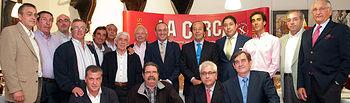 Foto de grupo del jurado de la V edición de los Premios Taurinos Samueles, acompañados por algunos premiados de ediciones anteriores.