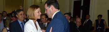 María Dolores Cospedal saluda a Benjamín Prieto durante la toma de posesión de este último como presidente de la Diputación de Cuenca..