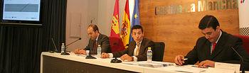 El director de la Factoría de Emprendedores, Jorge Moreno (c), presentó hoy en Toledo el Premio Emprendedor XXI en colaboración con la Caixa.