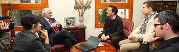 El presidente de Castilla-La Mancha, José María Barreda, durante el encuentro que ha mantenido hoy con los Jóvenes Empresarios de la Plataforma Digital www.lanzanos.com : Rafael Cabanillas (3d), Carlos Hervás (2d) e Ignacio Arriaga (d), en la sede de la Presidencia regional, en Toledo, en el que ha estado presente la portavoz del Gobierno, Isabel Rodríguez.