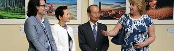 La vicerrectora con el embajador y otros representantes de la UCLM y de la Oficina Cultural de Taipei.