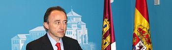 El consejero de Salud y Bienestar Social, Fernando Lamata en la sala de prensa de las Cortes regionales momentos antes de su comparecencia ante la comisión parlamentaria de Salud y Bienestar Social dónde ha explicado la evolución de la gripe A en Castilla-La Mancha en el último mes.