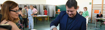 Emiliano García-Page ejerce su derecho al voto.