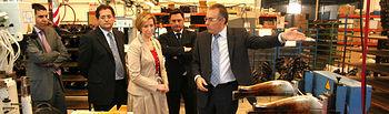 """La vicepresidenta y consejera de Economía y Hacienda, María Luisa Araújo, visitó en Fuensalida Toledo, la fábrica de calzados """"Inyectados Laura""""."""