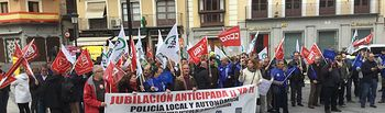 Fotografía de la concentración por la jubilación anticipada de policias locales, celebrada hoy en Toledo