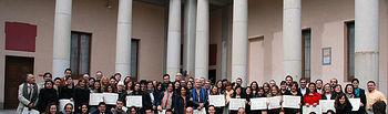 Participantes en los postgrados junto a las autoridades académicas.