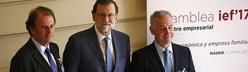 El presidente del Gobierno, Mariano Rajoy, junto al director general del Instituto de la Empresa Familiar, Juan Corona, y el presidente del Instituto de la Empresa Familiar, Ignacio Osborne, a su llegada al Casino de Madrid para asistir a la Asamblea Anual del Instituto de la Empresa Familiar