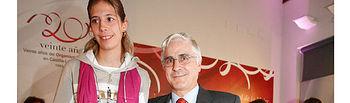 El presidente de Castilla-La Mancha, José María Barreda, en un acto del Día Internacional de la Mujer celebrado el 6 de Marzo de 2009, con Rocío del Campo, una de las deportistas del equipo español de atletismo de discapacidad intelectual.