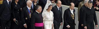 Sus Majestades los Reyes a su llegada a la Plaza de San Pedro. Foto EFE.