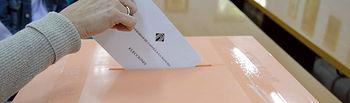 Personal de la UCLM introduce una papeleta en la urna.