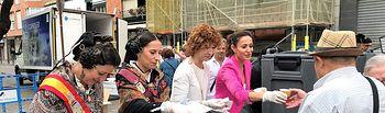 Rosa González de la Aleja y Mª Ángeles Martínez participan en la chocolatada infantil de Feria 2018.
