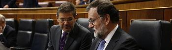 El presidente del Gobierno, Mariano Rajoy, junto al ministro de Justicia, Rafael Catalá, en el Congreso de los Diputados durante la sesión de control.