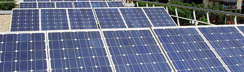 Placas solares en un edificio para abastecimiento doméstico de energía limpia.