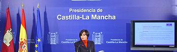 La portavoz del Gobierno de Castilla-La Mancha, Isabel Rodríguez, durante la rueda de prensa en la que ha informado sobre el Decreto de regulación de competencias y de fomento de la transparencia en la actividad urbanística de la Junta de Comunidades de Castilla-La Mancha, aprobado ayer por el Consejo de Gobierno.