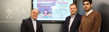 El alcalde, el vicealcalde y el concejal de Educación en el Ayuntamiento de Albacete han presentado las novedades del cheque escolar.
