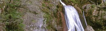 En la imagen, uno de los bellos rincones que el agua forma al caer de la cueva donde nace el río Mundo, en Riópar.
