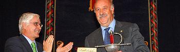 El presidente de Castilla-La Mancha, José María Barreda asistió hoy, en la Casa de la Cultura de Quintanar del Rey (Cuenca), a los XIV Premios al Mérito Deportivo 'Ángel Lancho'. En la imagen, entrega el galardón al seleccionador nacional de fútbol, Vicente del Bosque.