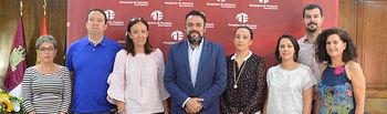 El alcalde, la concejala de Comercio y Consumo, con la presidenta y otros socios de ACEPA, tras la firma del convenio. Fotografía: Álvaro Díaz Villamil / Ayuntamiento de Azuqueca.