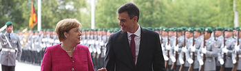 El presidente del Gobierno, Pedro Sánchez, y la canciller de la República Federal de Alemania, Angela Merkel, tras pasar revista a las tropas, se dirigen a la Oficina de la canciller.