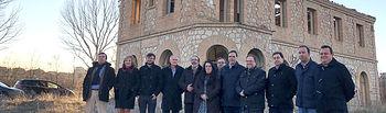 Benjamín Prieto y varios diputados en la estación de La Melgosa.