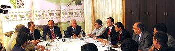 El consejero de Agricultura y Medio Ambiente, José Luis Martínez Guijarro (c) en la clausura de la asamblea de AZUMANCHA, acompañado por el alcalde de Alcázar de San Juan, José Fernando Sánchez Bodalo (d) y el director del IVICAM, Alipio Lara (i).